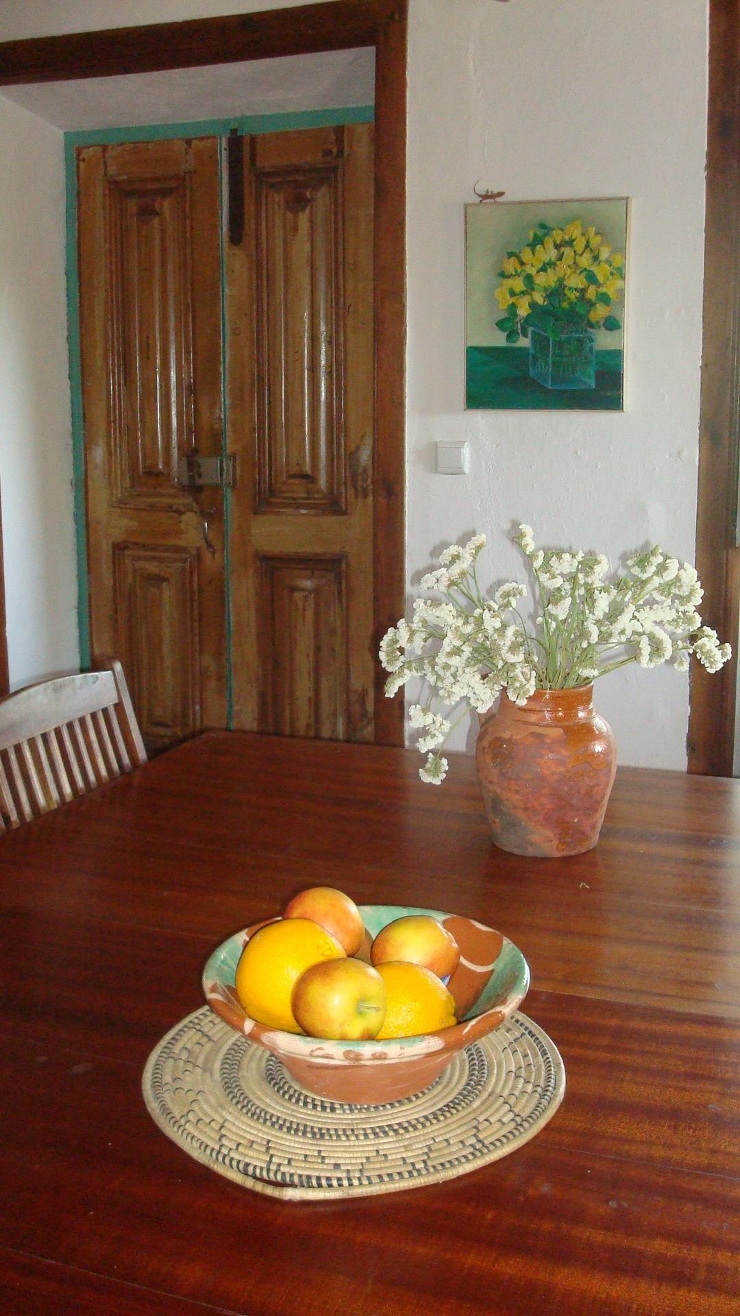 Eettafel en oude voordeur